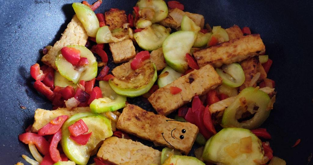 Le wok de tempeh grill en préparation